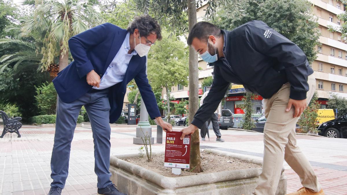 El alcalde (derecha) y el responsable de Talher, este martes, en Cáceres.