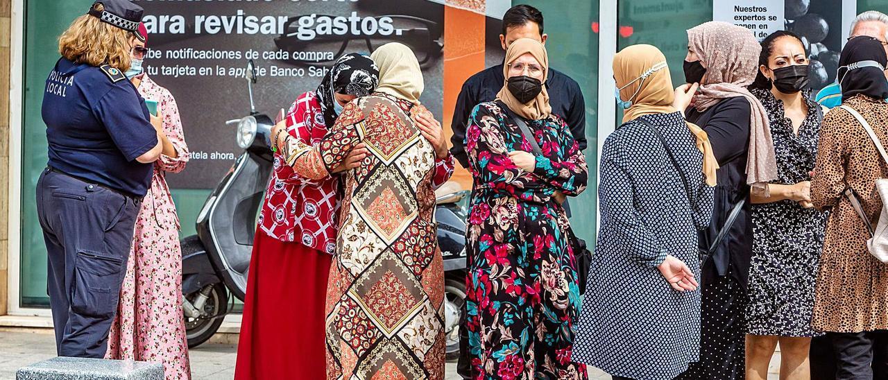 Varias mujeres marroquíes se abrazan rotas por el dolor provocado por el asesinato de Zuita a manos de su marido en La Vila.   