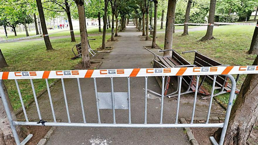 Cerrado el paseo central y un acceso del parque del Pozón para su reforma