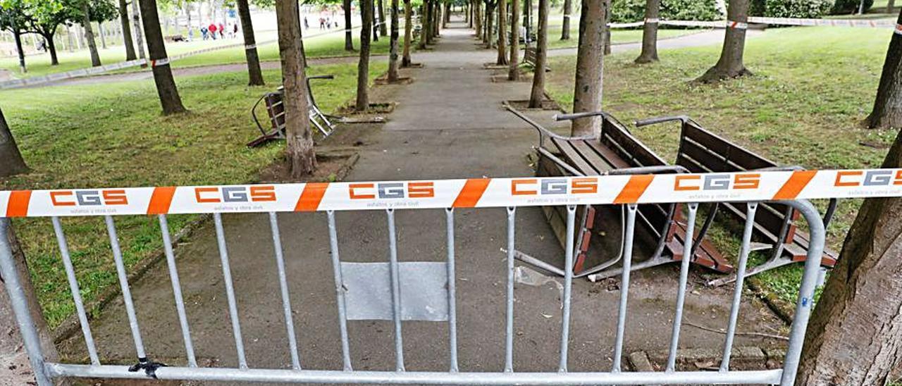 El paseo central del parque del Pozón, cerrado. | Mara Villamuza