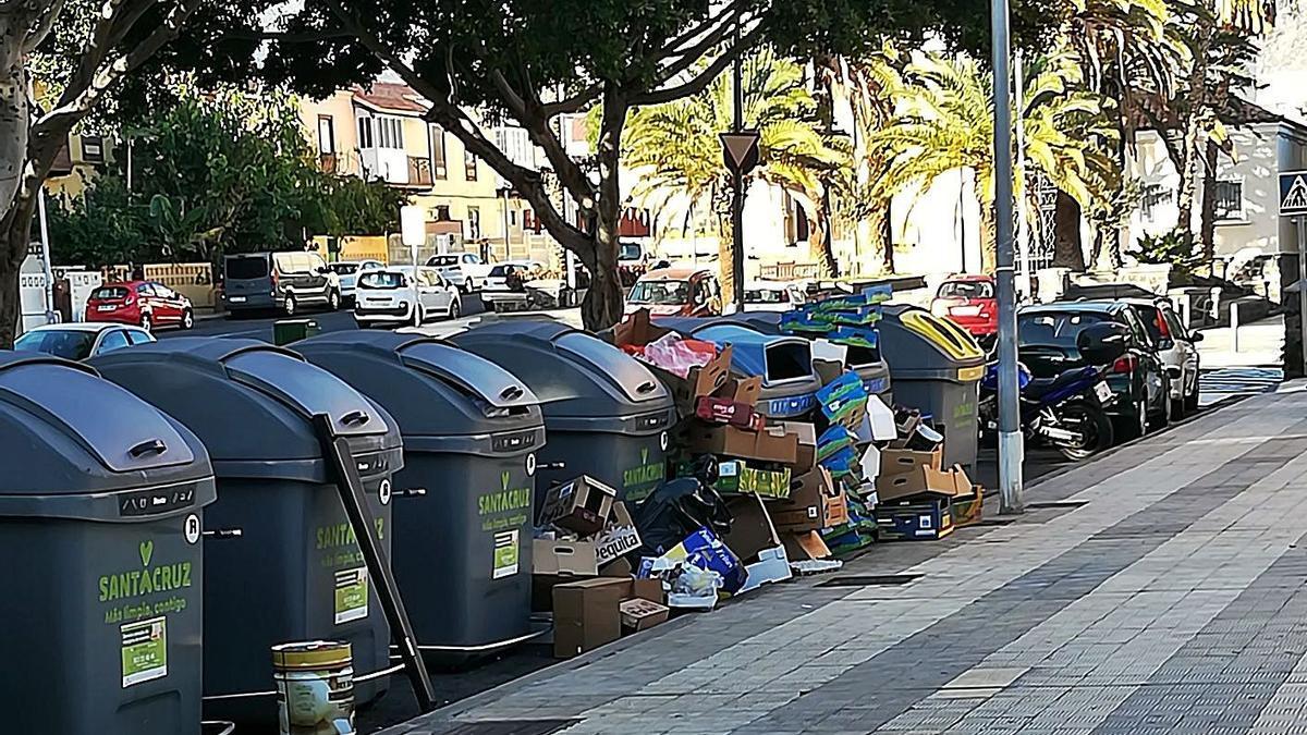 Cajas y basura depositadas en el exterior de los contenedores, en el barrio de García Escámez, en Santa Cruz. | | E.D.