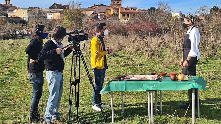 El actor Miguel Ángel Muñoz promociona el lechazo tabarés