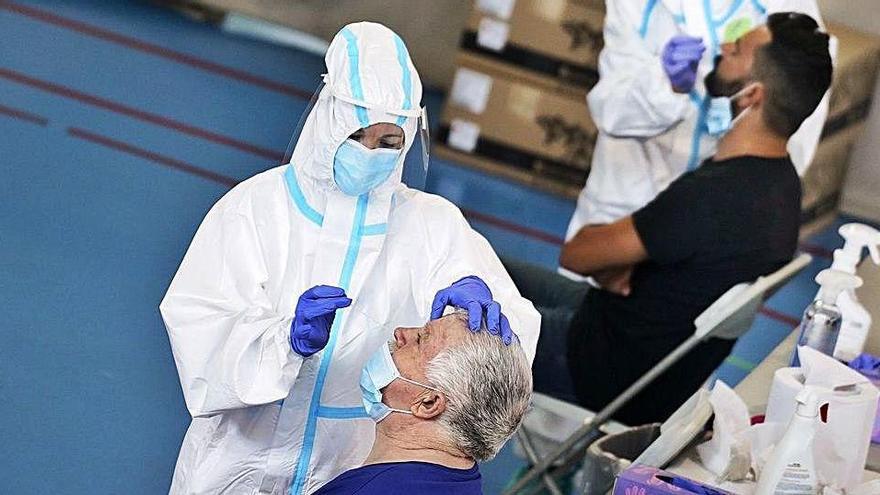 Batalla per l'estratègia de lluita contra la COVID amb els tests d'antígens al mig