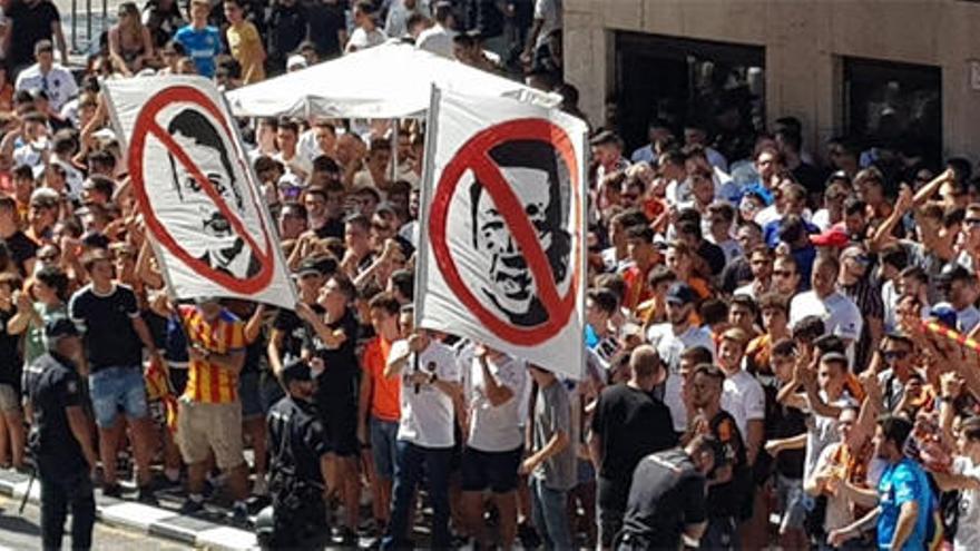 Protestas frente a Mestalla contra Lim y Murthy