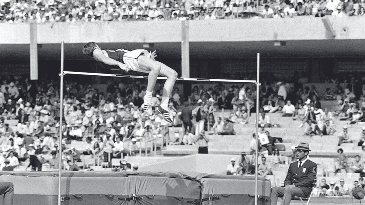 Dick Fosbury asombra al mundo con su novedoso estilo en salto de altura en las Olimpiadas de México 68.