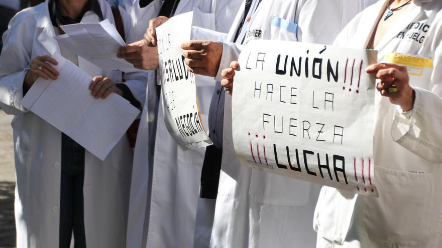 Sanitarios de Zamora y la comunidad presentan siete mil firmas para pedir negociación a la Consejería