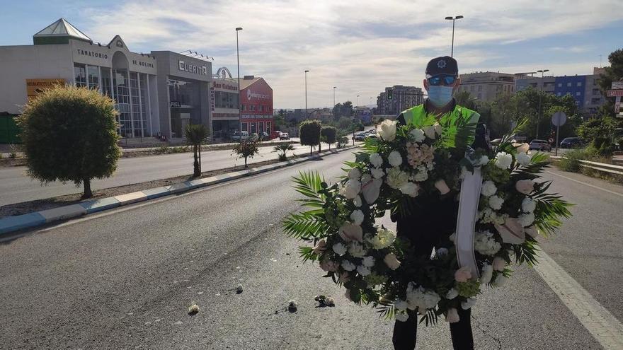 Una corona de flores interrumpe la circulación en Molina de Segura