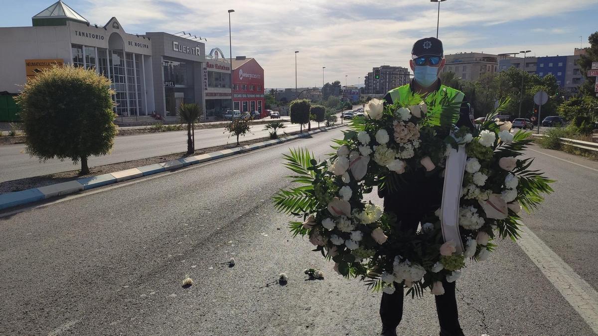 Retiran la corona de flores que interrumpía el tráfico