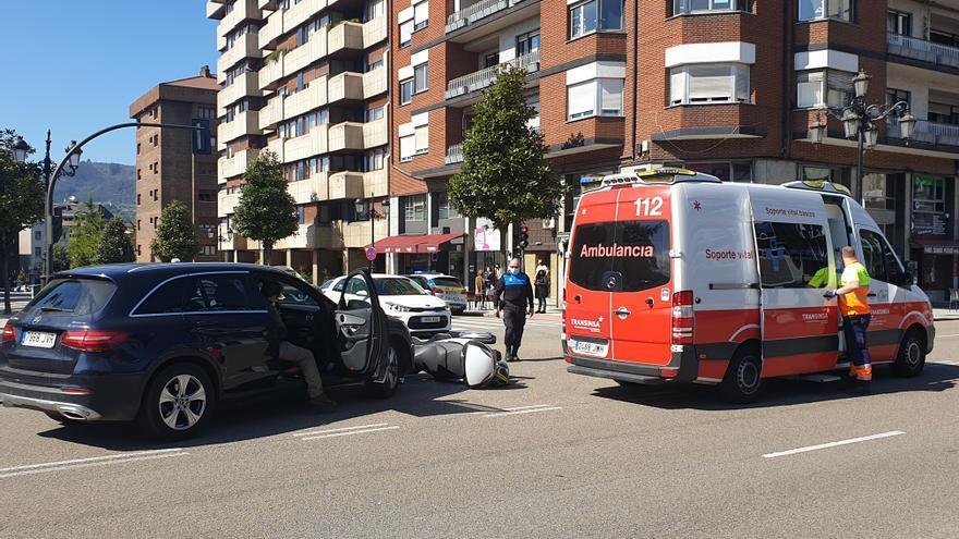 Herido un motorista tras impactar contra un coche en el centro de Oviedo