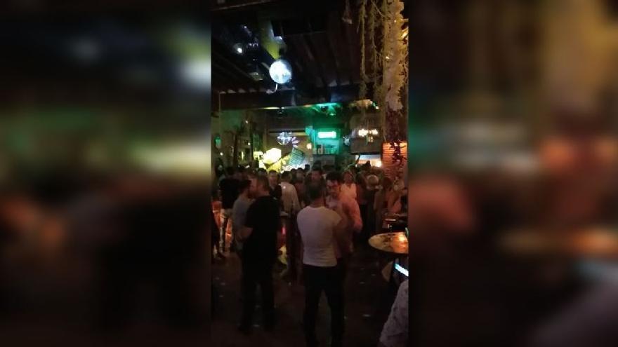Sorprenden a un local de Dénia con clientes agolpados y bailando sin mascarilla