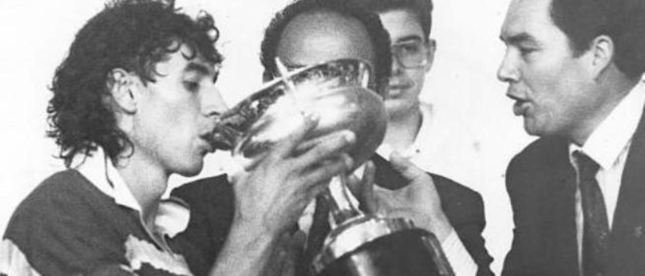 Paco Sánchez Jover y Juan Ruiz, en 1989, con el primer título de liga de la entidad capitalina.