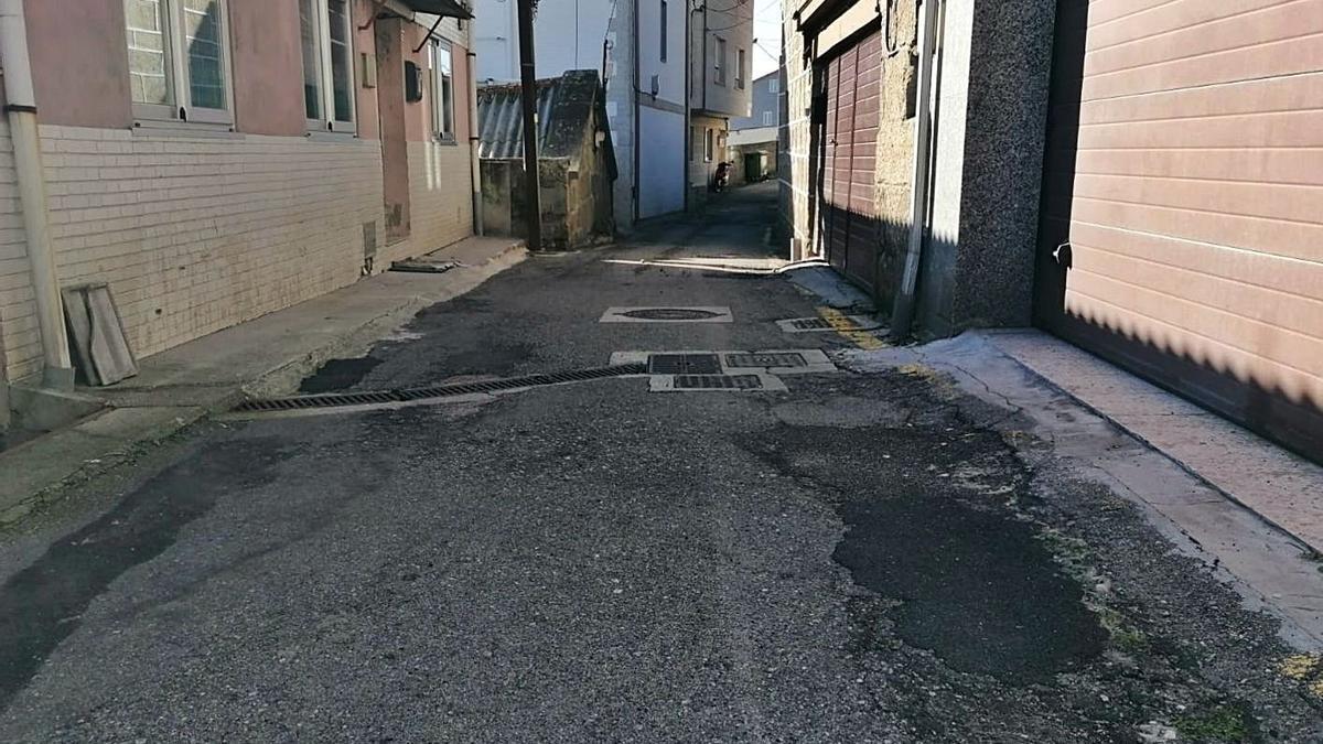 Estado del asfalto de la calle Lameiriña. |   // FARO