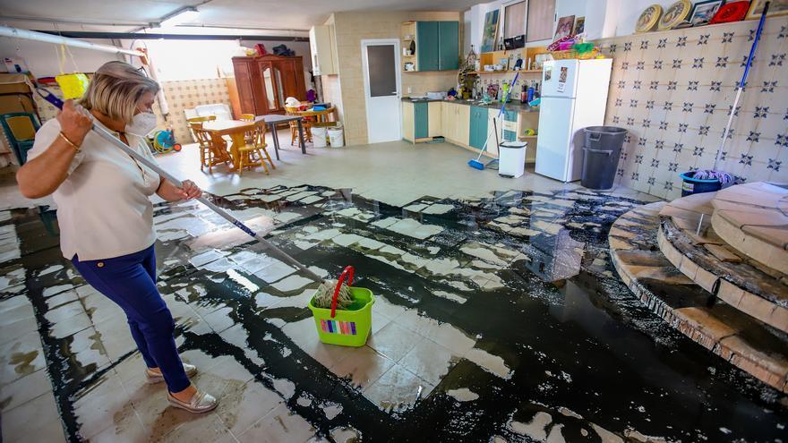 Una familia de Callosa de Segura soporta desde hace un año vertidos fecales dentro de su casa