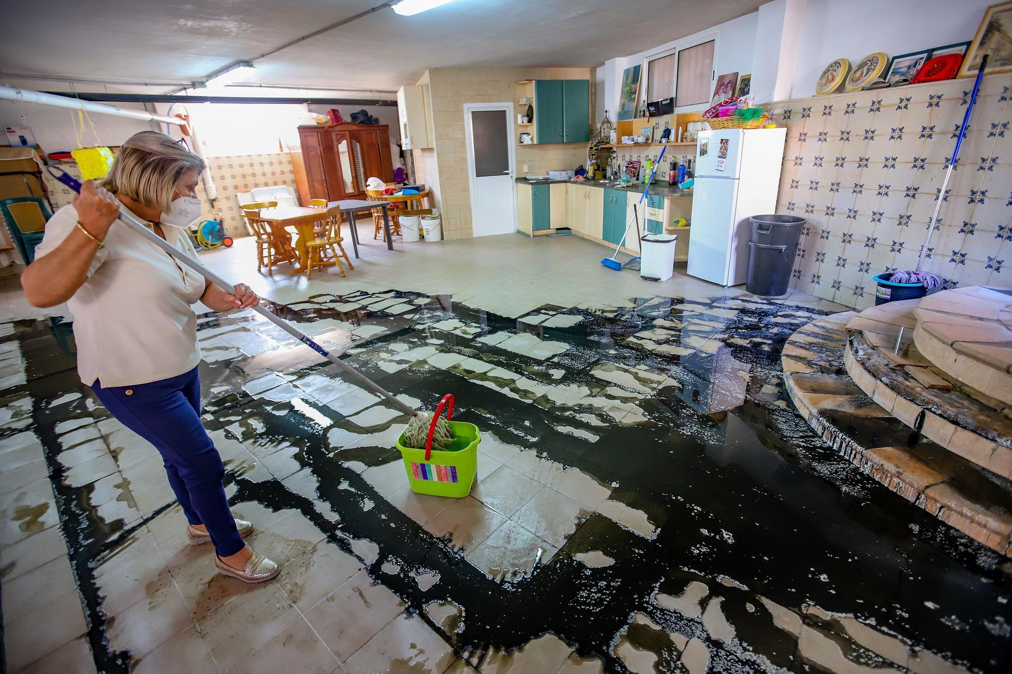 Aguas fecales rebosan desde hace un año en el sótano de la casa de una familia de Callosa de Segura