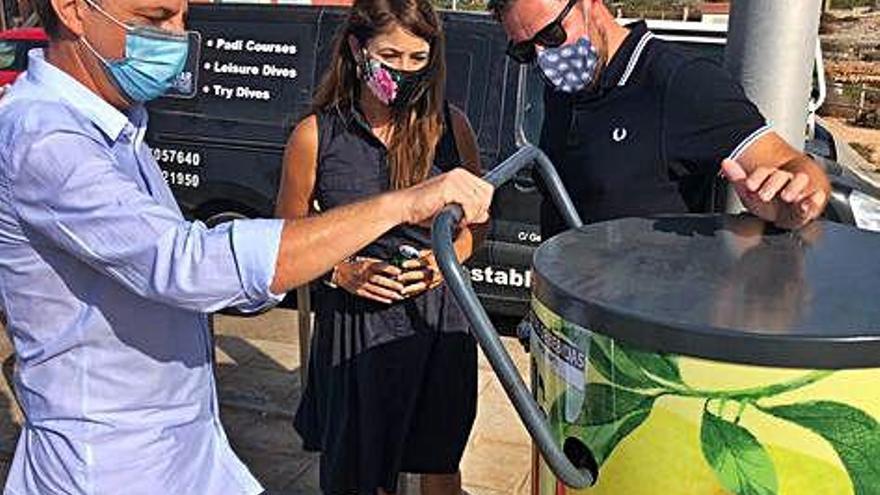 Estrella de Levante instala cerca de 60 compactadores de latas por el reciclaje en las playas de la Región