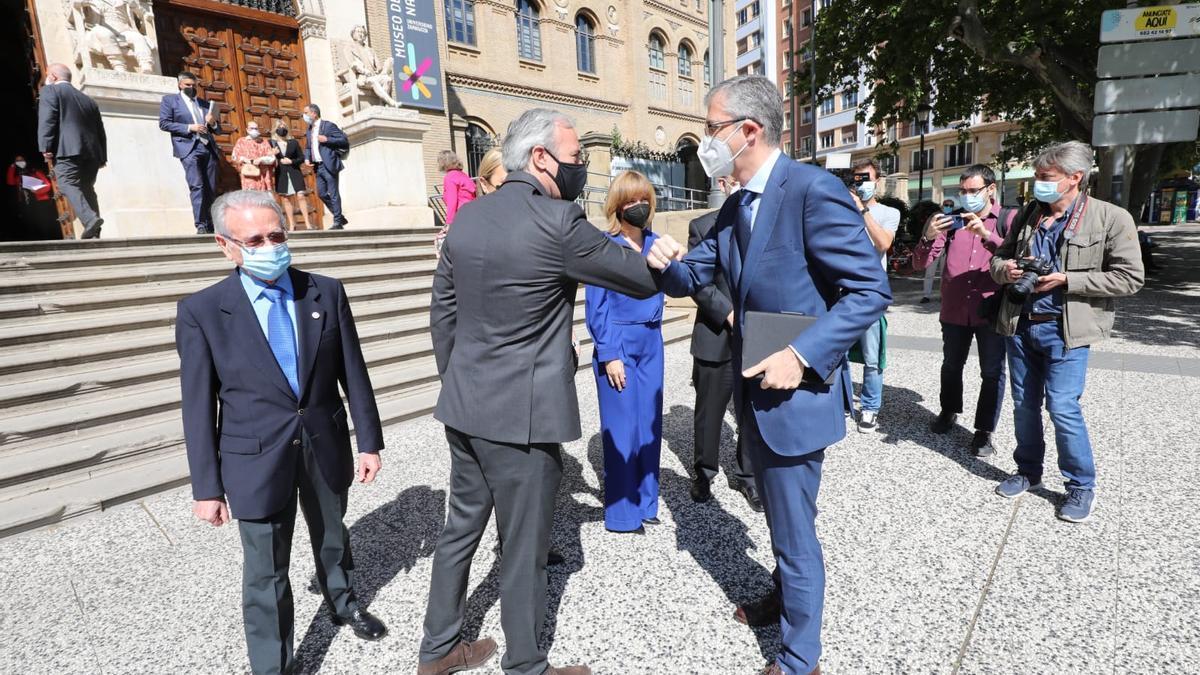 El gobernador del Banco de España, Pablo Hernández de Cos, saluda al alcalde de Zaragoza, Jorge Azcón, esta mañana