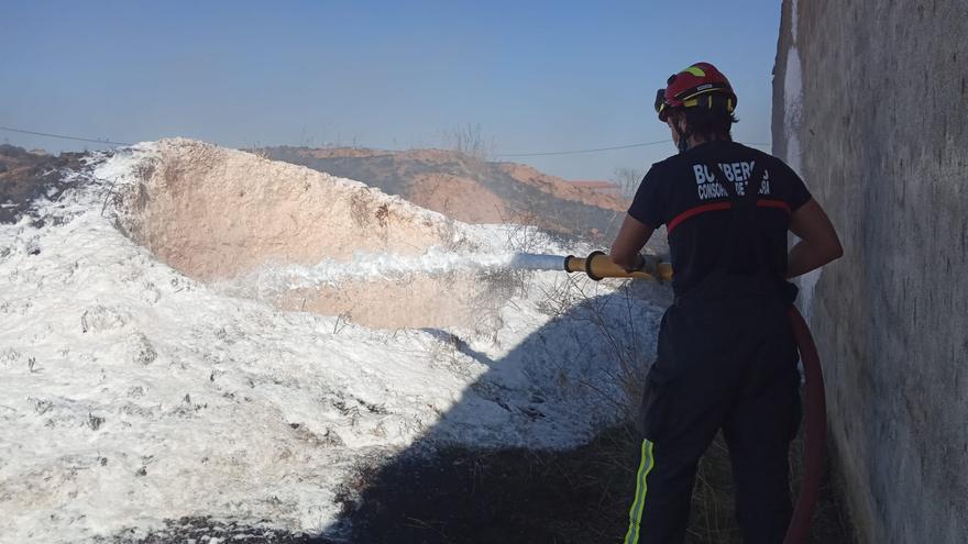 Los bomberos sofocan un incendio en las proximidades de las bodegas de Santibáñez de Vidriales