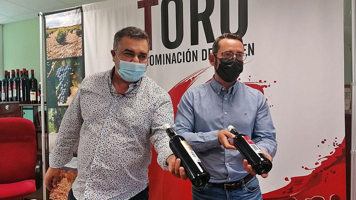 Carlos  Gallego (izquierda) y Santiago Castro muestran dos botellas de vino de la DO Toro. | M. J. C.
