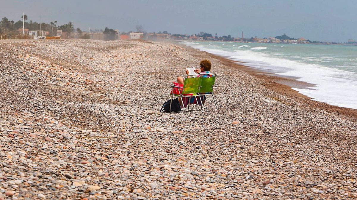 Sin noticias de Costas  sobre la grava de la playa de Almardà | DANIEL TORTAJADA