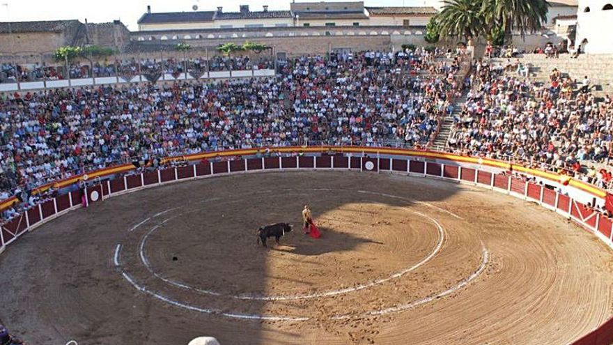 El Ayuntamiento de Muro recibe la propuesta de Bous al Carrer para gestionar la plaza de toros