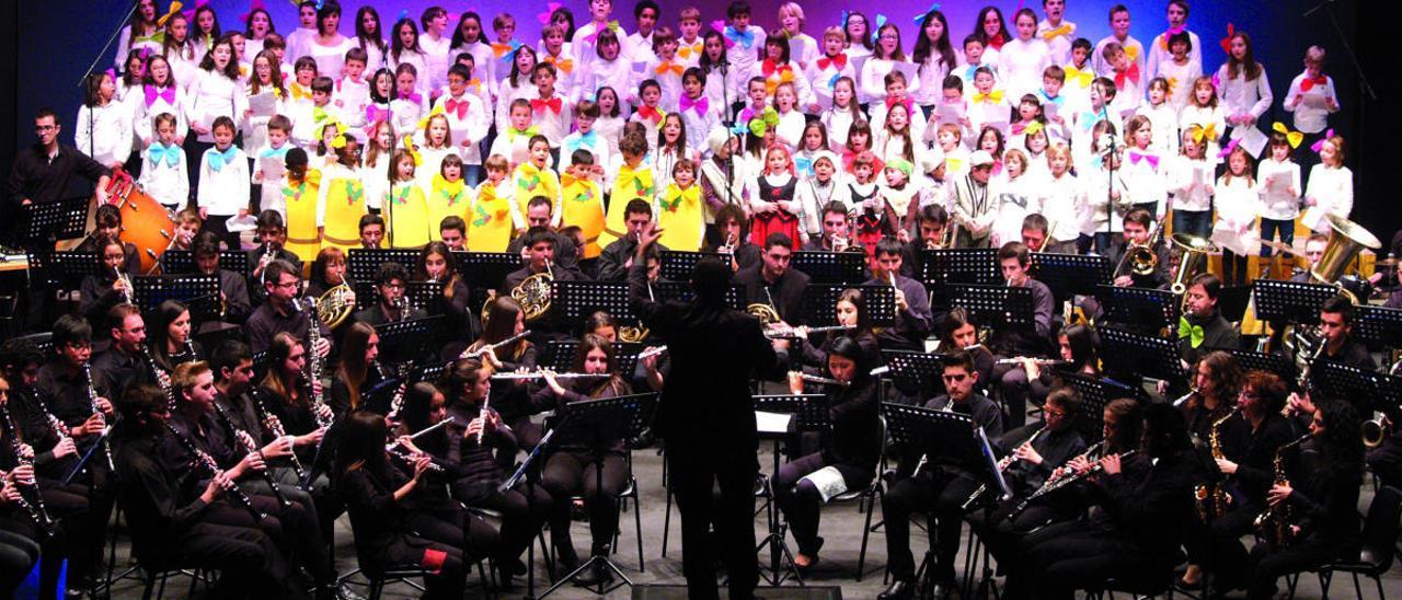 Concierto de la banda juvenil Sociedad Musical Primitiva Setabense con el coro de la escuela de música.