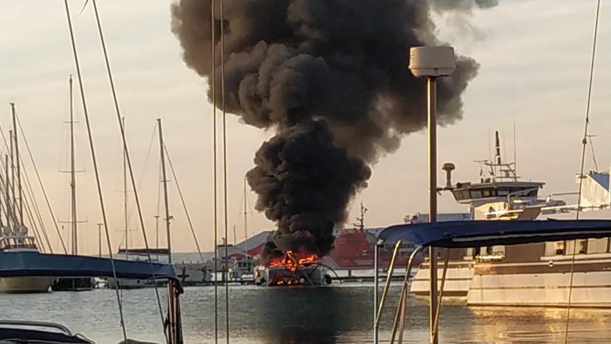 Un incendio destruye un catamarán de 1,5 millones de euros en el puerto de Palma