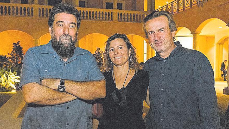 El artista Marcelo Viquez con Mariano Mayol y su mujer.