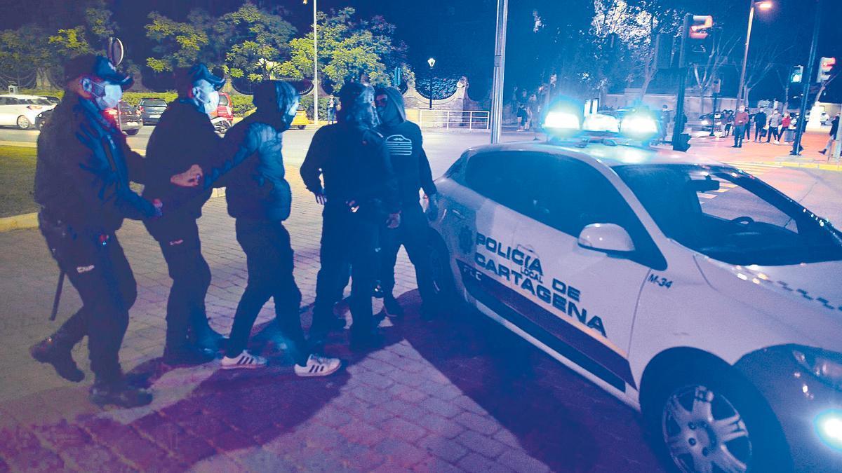 La Policía Local de Cartagena arresta a un joven tras una concentración en contra del toque de queda que hubo en octubre de 2020. Urquízar