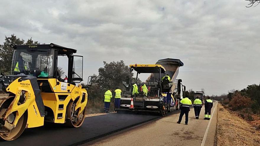 Continúan las obras de reparación de la carretera ZA-105 entre Camarzana y Pumarejo de Tera