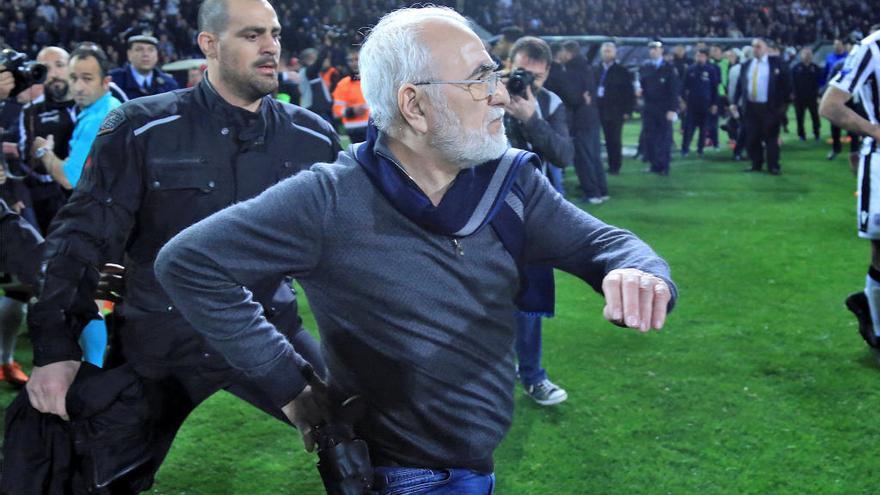 Tres años sin poder entrar a un campo para el presidente 'pistolero' del PAOK