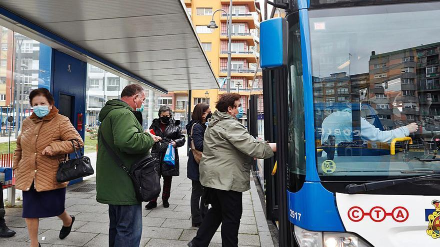 Los transportes públicos de Oviedo y Gijón logran el auxilio millonario que Avilés niega
