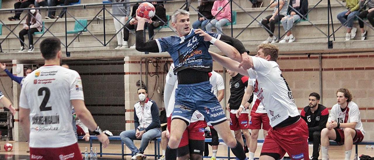 Alen Muratovic intenta el lanzamiento en el partido entre Frigoríficos y Logroño. |  // SANTOS ÁLVAREZ