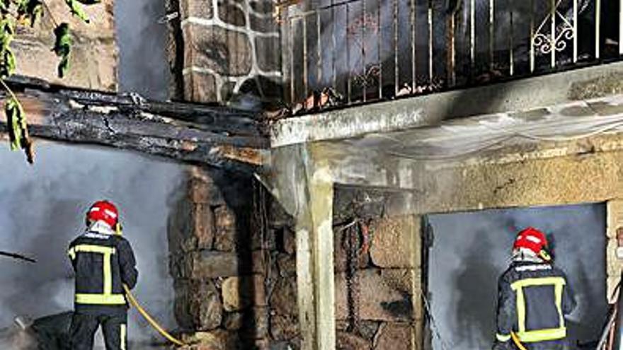 Evacuado por un incendio en su casa en Celanova