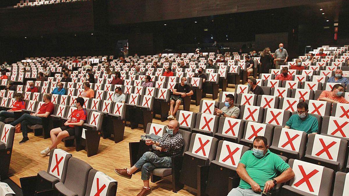 Asistentes a la asamblea extraordinaria de la UD Ourense, ayer, en el Auditorio.