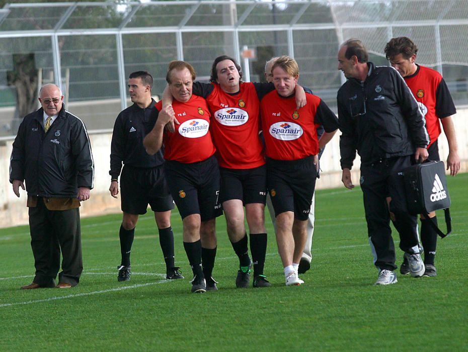 Cursach (primero por la izquierda) ayudando a un jugador durante un partido entre directivos del RCD Mallorca y periodistas.