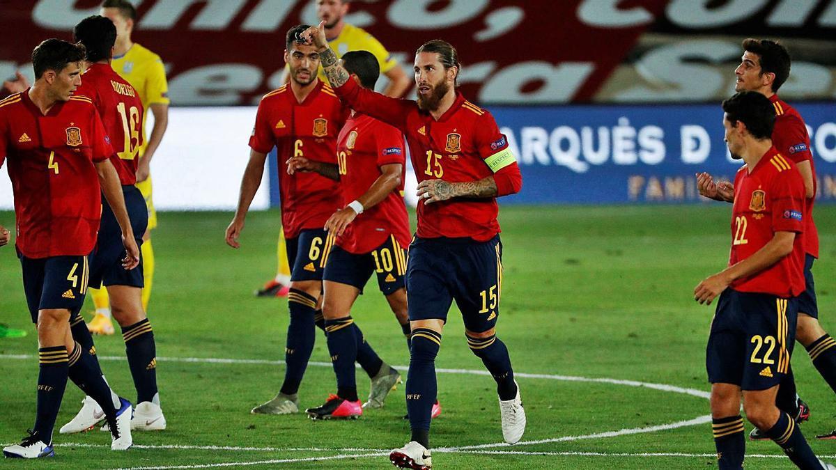 Sergio Ramos dedica uno de sus dos goles en el encuentro de ayer frente a Ucrania. | Efe