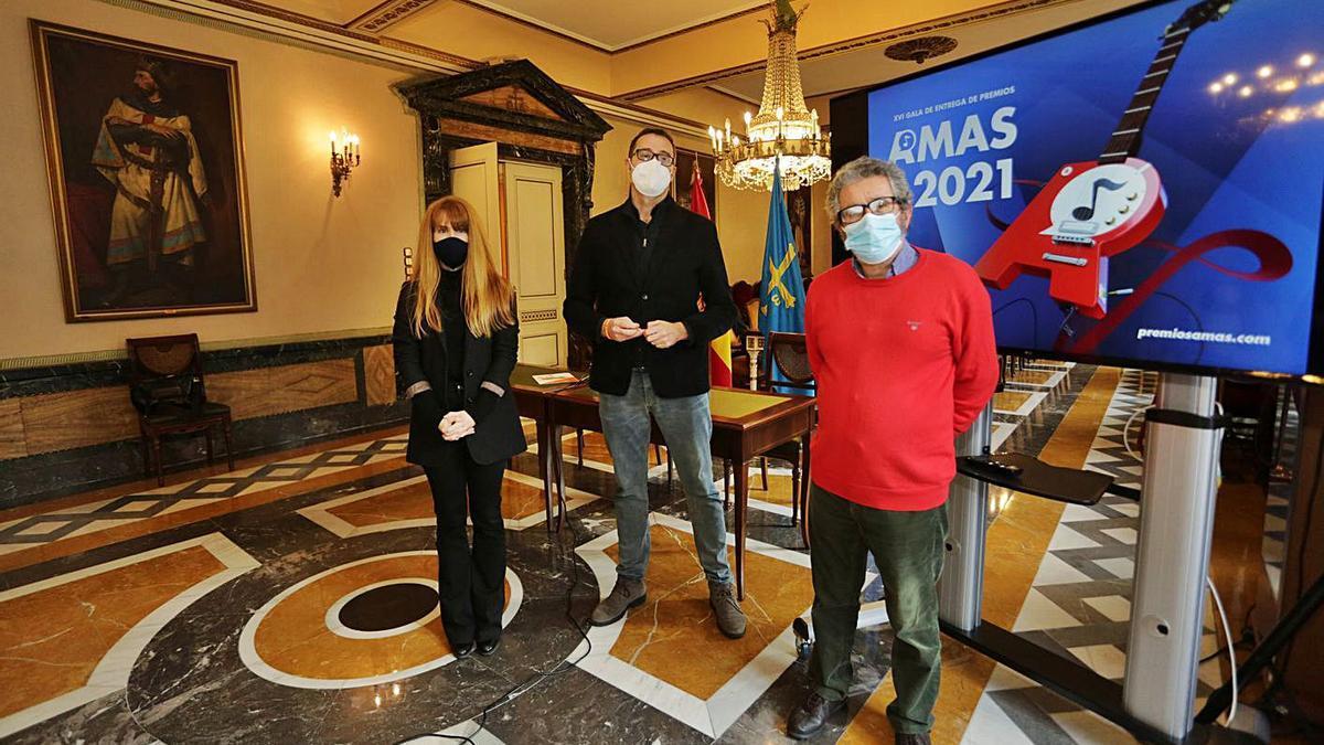 Por la izquierda, Lucía Herrera, José Luis Costillas y David Serna, ayer, en el Ayuntamiento de Oviedo. | Irma Collín