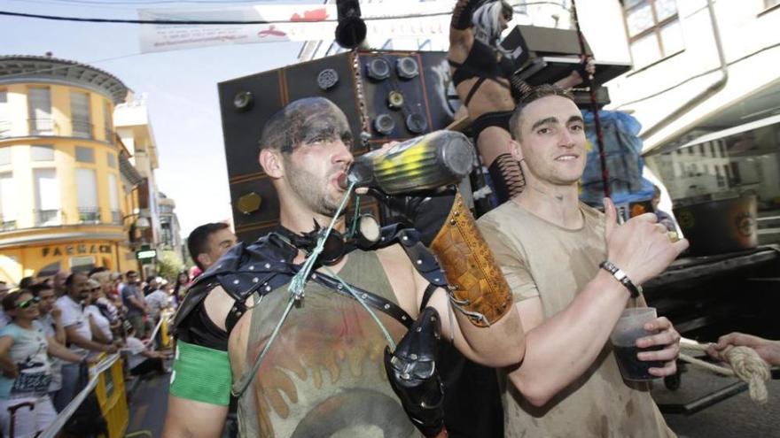 Cuarenta carrozas y más de 4.000 personas participan en el Descenso Folklórico del Nalón