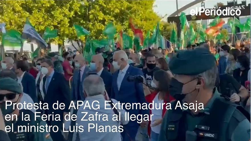 Apag protesta en la Feria de Zafra a la llegada del ministro Luis Planas