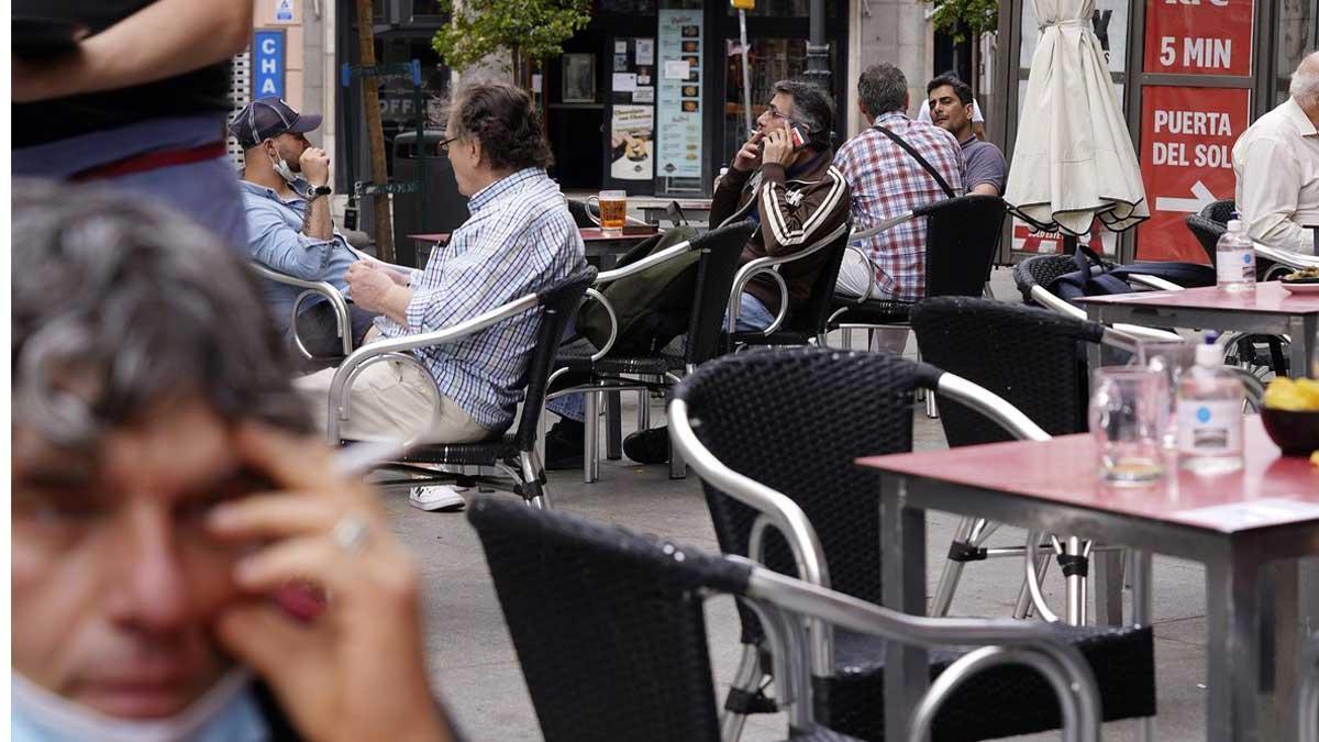 El alcalde publica un bando recordando la prohibición de fumar en la calle si no se respeta la distancia mínima