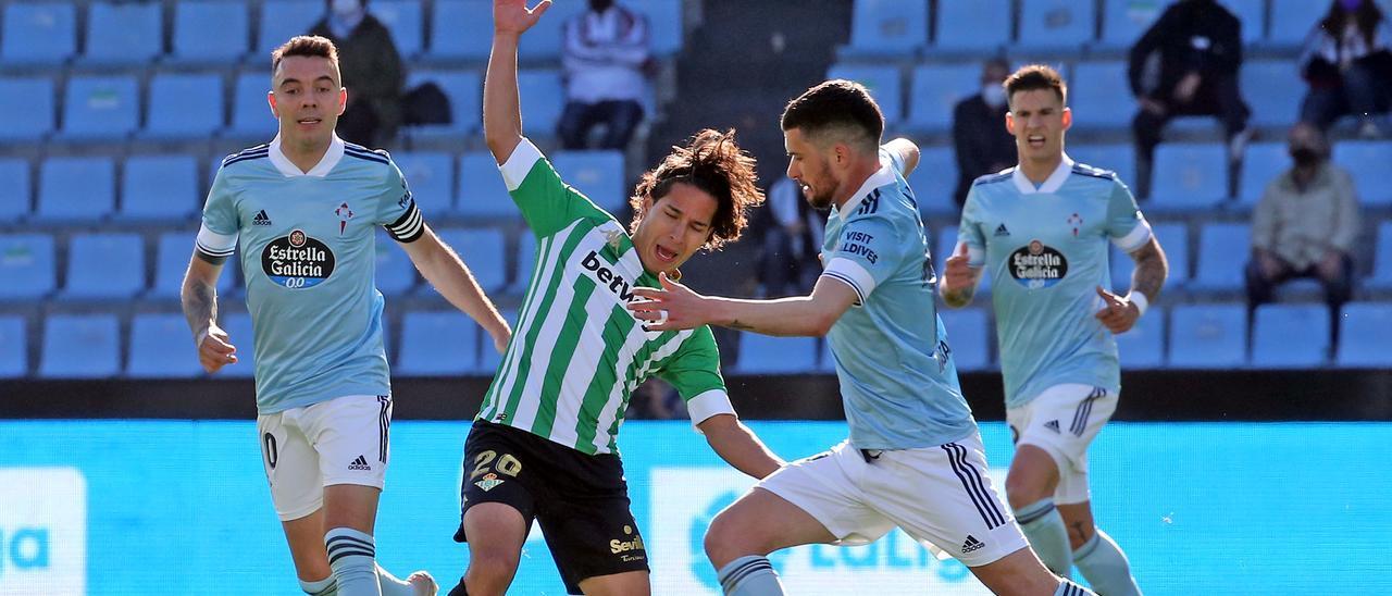 Aarón marca a Láinez durante la visita del Betis a Balaídos en la última jornada liguera.