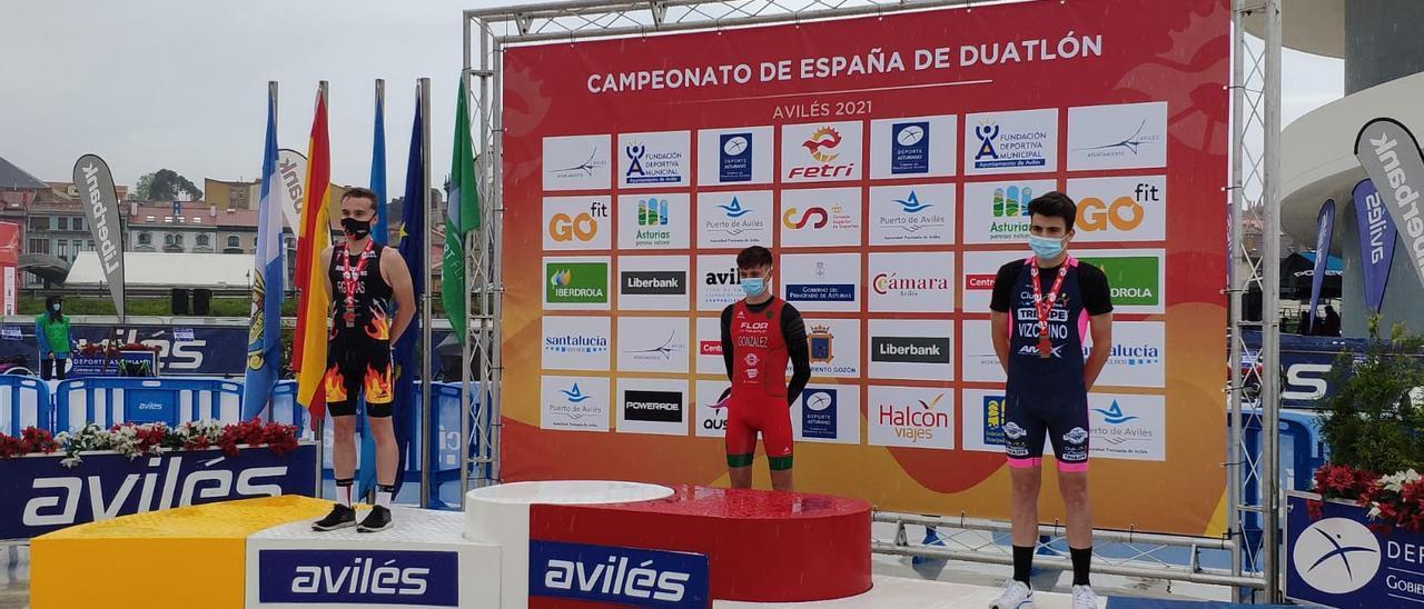 El joven deportista del Triaspe en el podium del Campeonato de España de Duatlón disputado en Avilés.