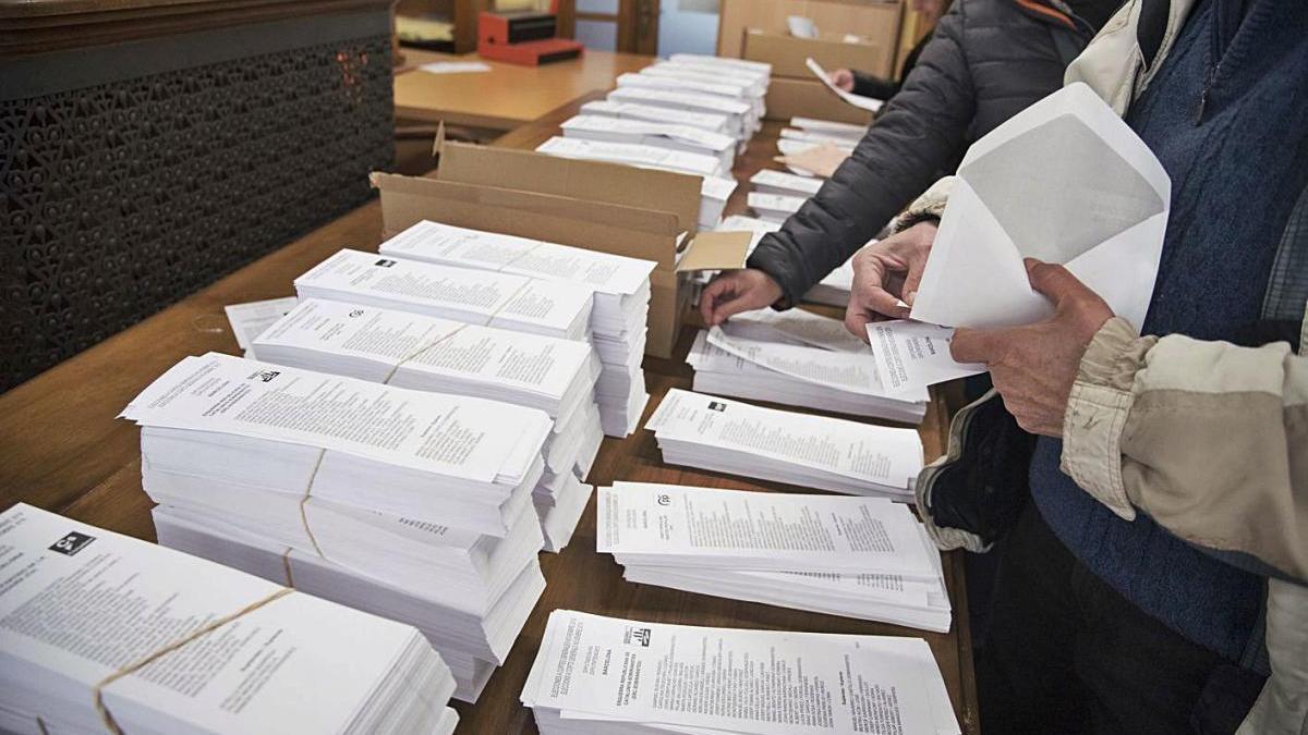 Votants agafant paperetes en les eleccions generals del 2019 a Manresa
