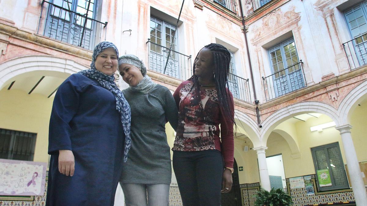 Fammi Mohamed (izq.), en 2019 con dos compañeras del Gaona. Fueron premiadas por la Junta por su brillante expediente académico.