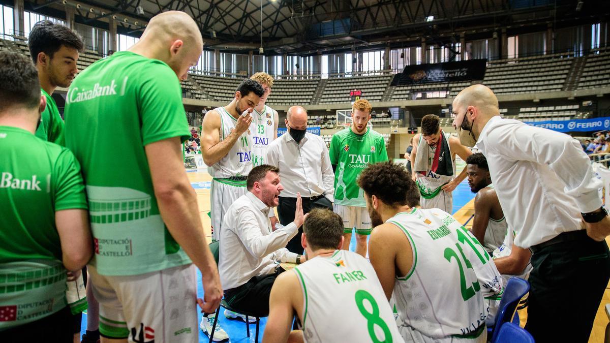 El técnico Toni Ten instruye a sus jugadores en un tiempo muerto.