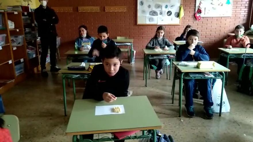 """Clase del colegio Marcelo Gago de Avilés comiendo """"las uvas"""""""