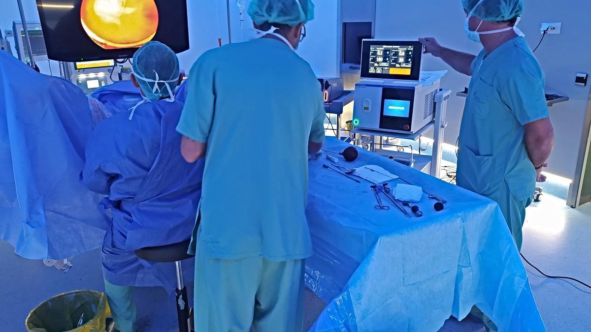 Una intervenció practicada amb aquesta tècnica làser per tractar la litiasi renal