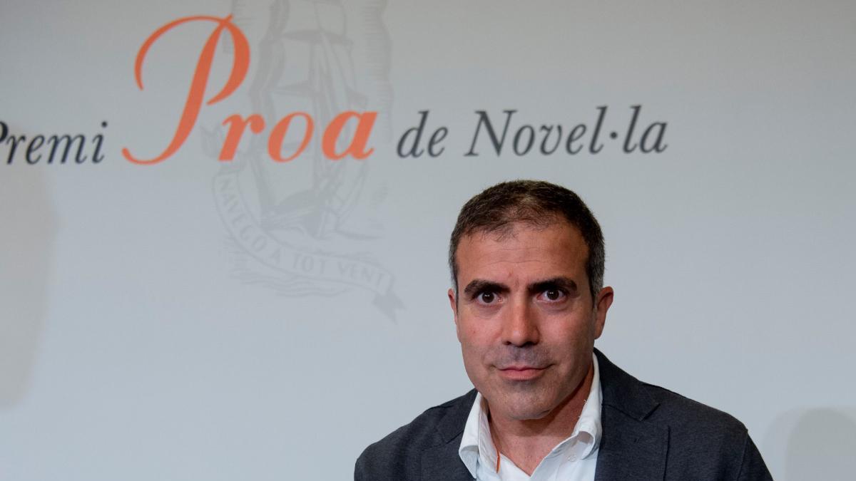 Francesc Serés amb el Premi Proa de novel·la.