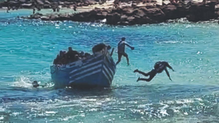 Patera llegando a la playa de El Jablillo, en Costa Teguise. Lanzarote (24/08/2021)