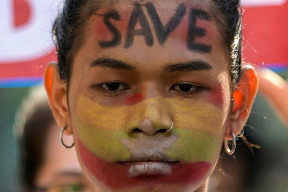 Una manifestante en Yangon, Birmania.